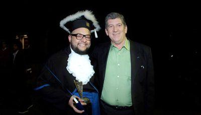 Aluno de Administração recebe troféu Destaque Acadêmico concedido pelo CRA/RS