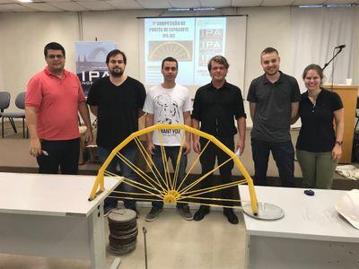 Alunos de Engenharia Civil apresentam ponte feita de espaguete