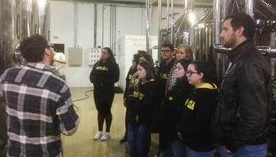 Visita técnica em fábrica amplia visão de alunos sobre o campo de atuação do farmacêutico