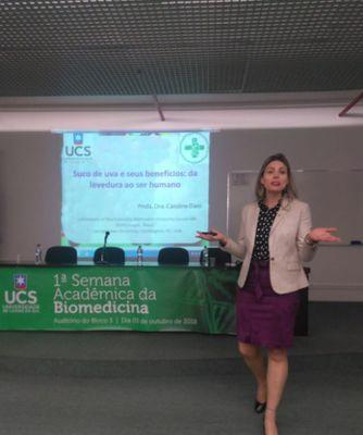 Professora Caroline Dani palestra na Universidade de Caxias do Sul
